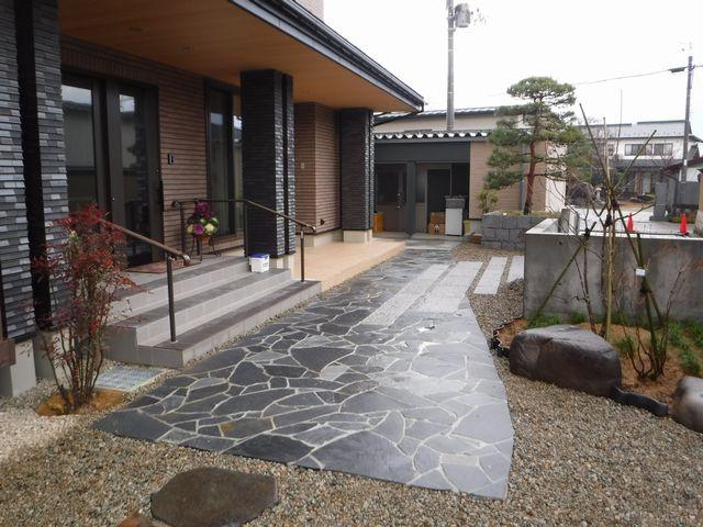 東根市T様邸の作庭工事、完成に近付きました。