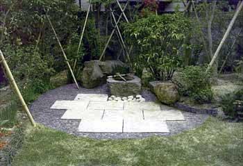 手水鉢廻りも、那智黒石を円形に貼り、前石も白御影石の平板を組み合わせて据え付け、デザイン的に少し遊んでみました。