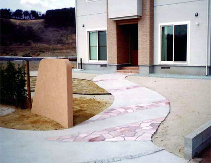 サントメローズ石張り+コンクリートハケ刷き仕上げ
