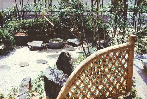 風流な植栽や蹲踞を配した和風庭園。
